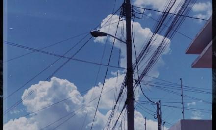 dios está en las nubes y los cables