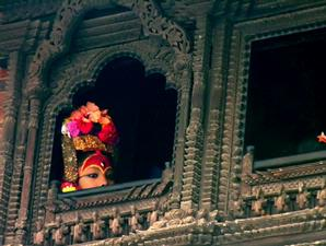 Sang Dewi mengintip dari balik jendela istananya.