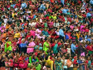 Ratusan perempuan Nepal berkumpul untuk menyaksikan Raja dan Sang Dewi Hidup.