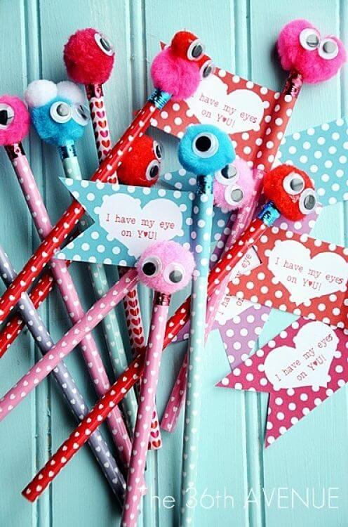 decorar lápices con pompones