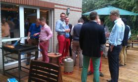 """""""Feuer frei!"""" Begrüßungsabend des 20. Stiftungsfests auf der Terrasse des VDSt-Hauses: gute Stimmung, leckeres Steak, kühles Bier und sommerliche Farben"""