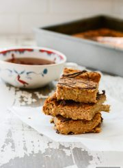 This Protein Pumpkin Breakfast Cake is the perfect quick and easy make ahead healthy breakfast. A great way to wake up to a fall morning and enjoy a delicious low calorie, high protein, gluten free breakfast that you make the night before. | ahealthylifeforme.com