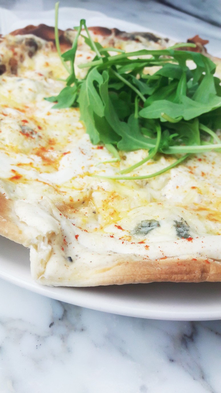 This perfect white 4 cheese pizza is dripping with blue cheese, emmental, buffala mozzarella, & ricotta, and topped with rocket salad and spicy pepper. | ahedgehoginthekitchen.com