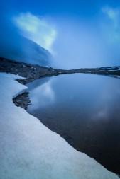 (Brumas de montaña I - #5, Sierra Nevada, primavera 2014) Laguna de la Caldereta y loma del Mulhacén cubierta por la bruma