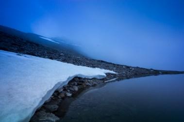 (Brumas de montaña I - #6, Sierra Nevada, primavera 2014) Laguna de la Caldereta y Mulhacén cubierto por la bruma