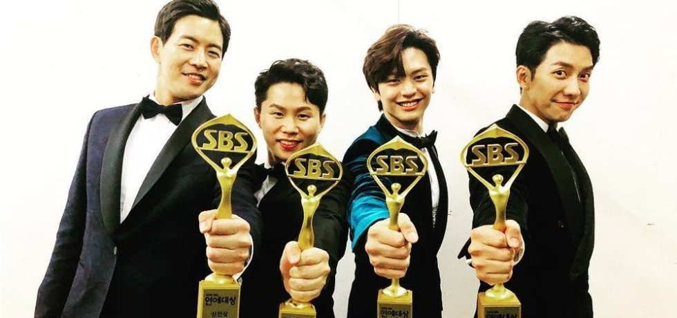 Master in the House cast receiving award on SBS Variety 2019.
