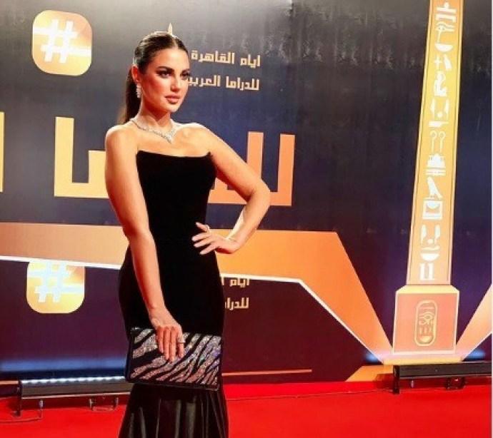 إطلالة درة بفستان أسود في مهرجان أيام القاهرة هذا سعره