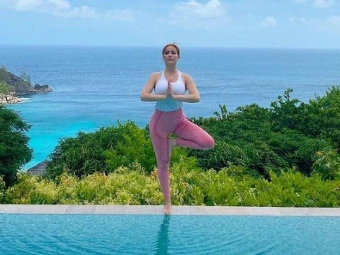 نسرين طافش تمارس رياضة اليوجا أمام البحر في جزيرة سيشيل