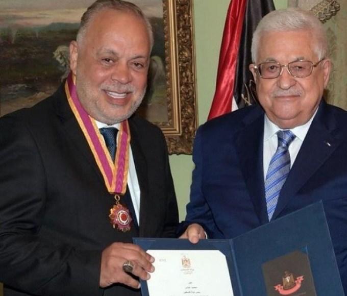 أشرف زكي يحصل على وسام الثقافة والعلوم والفنون الفلسطيني من الرئيس محمود عباس