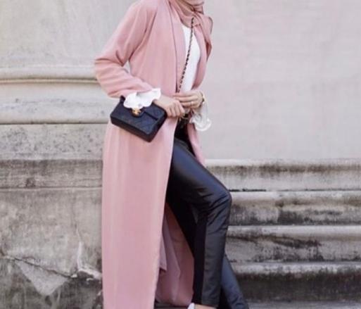 ملابس محجبات باللون الأسود مع الوردي