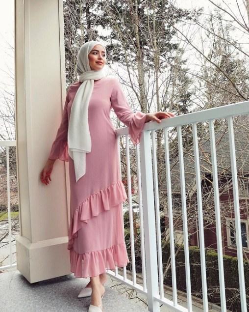 أزياء محجبات باللون الوردي مع الأبيض لموضة 2021 - ملابس محجبات وردية
