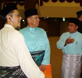 My father, A. Karim Omar (L) is greeting the President of Dewan Negara, H. E. Tan Sri Abu Zahar Ujang (M) as he reaches the stage to officiate the event. On the right is Uztaz Razali Sahabuddin.