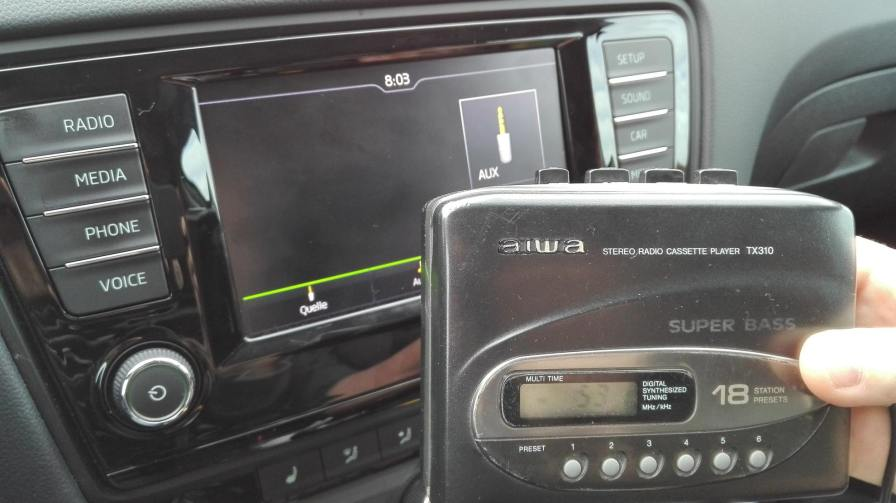 Walkman-im-Auto-Kassette-Hörspiel-unterwegs