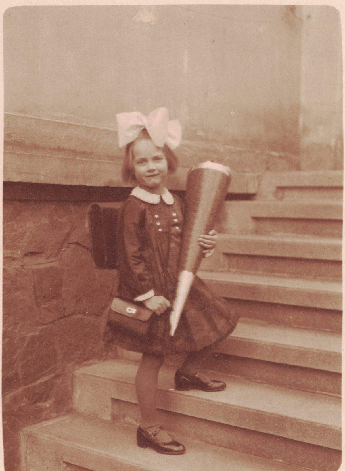"""Erster Schultag meiner mütterlicherseitigen Großmutter Käthe Wilhelmine """"Wilmi"""" HENSEL zu Ostern 1931"""