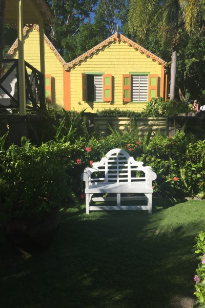 St. Kitts -Caribelle Batik - relaxen auf der Park Bank