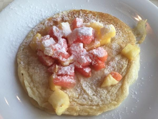 Pfannkuchen mit Obst zum Frühstück