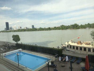 Blick auf den Hotel Pool und die Donau