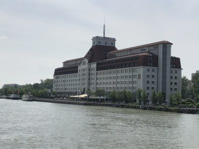 Blick auf das Hotel von der Donau aus