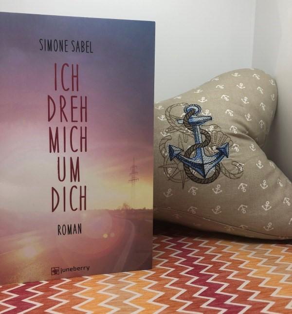 Pflückefinken mit dem Buch Ich dreh mich um dich von Simone Sabel