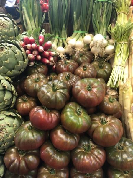 Markt Ausflug - am Obst- und Gemüsestand - Artischocken, Tomaten, Radieschen, wilder Spargel und co.