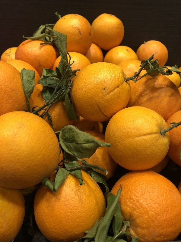 Markt Ausflug - am Obst- und Gemüsestand - Orangen