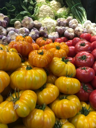 Markt Ausflug - am Obst- und Gemüsestand - Tomaten, Knoblauch und Blumenkohl