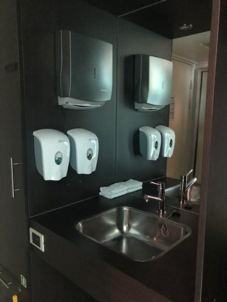 unterfahrbarer Waschtisch in der Kabine