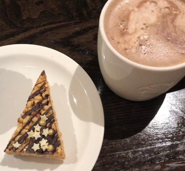 Stück Kuchen und eine heiße Schokolade