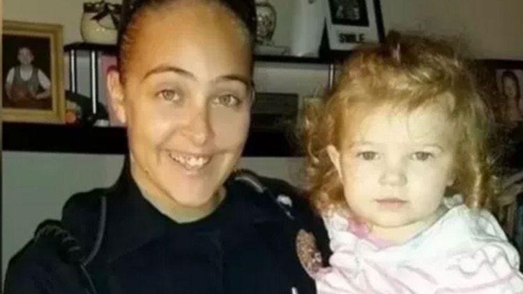 Una policía encerró a su hija en un patrullero para tener sexo con su jefe y la pequeña murió asfixiada