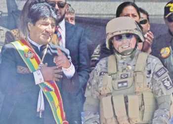 El ex presidente Evo Morales junto al ex comandante de las FF.AA., Williams Kaliman.