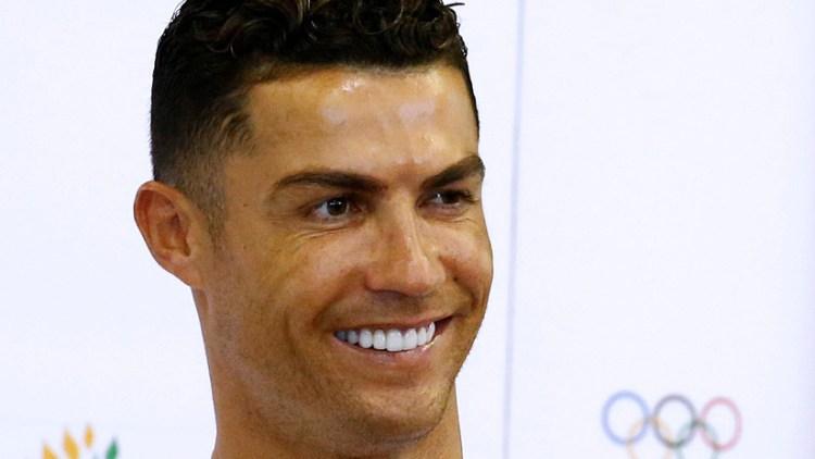 El futbolista Cristiano Ronaldo es visto durante una visita a la Escuela Primaria Yumin en Singapur  / Reuters