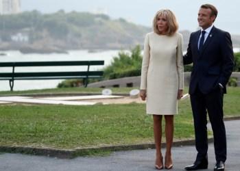 El presidente de Francia, Emmanuel Macron, y su esposa Brigitte dan la bienvenida a los líderes mundiales en la cumbre del G7 en Biarritz, Francia, el 24 de agosto de 2019. / Reuters