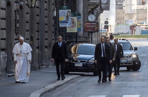 En medio de la pandemia, el papá salió y recorrió las calles de Roma.