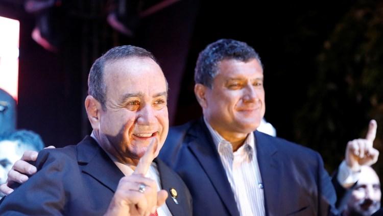 Alejandro Giammattei (izq.) y Guillermo Castillo celebran su victoria en elecciones presidenciales, Ciudad de Guatemala, el 11 de agosto de 2019.