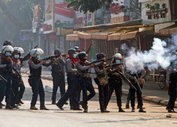 Protestas contra el golpe militar en Myanmar. Yangon, Myanmar, Febrero  28, 2021. REUTERS/Stringer