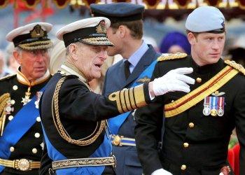 En esta foto de archivo tomada el 3 de junio de 2012, miembros de la Familia Real (de izquierda a derecha) el Príncipe Carlos, el Príncipe Felipe (muerto el pasado 9 de abril), el Príncipe William y el Príncipe Harry hablan a bordo del Spirit of Chartwell durante el Thames Diamond Jubilee en Londres (AFP)
