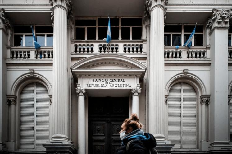 """De acuerdo a un informe de Ecolatina, """"la economía bimonetaria se reforzó en la última década"""". EFE/Juan Ignacio Roncoroni"""