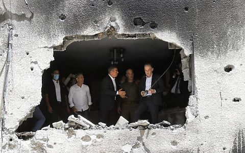 German Foreign Minister Heiko Maas and his Israeli counterpart Gabi Ashkenazi (C) visit a building that was hit during Israeli-Palestinian fighting, on May 20, 2021 in the Israeli city of Petah Tikva. (Photo by Gil COHEN-MAGEN / AFP)