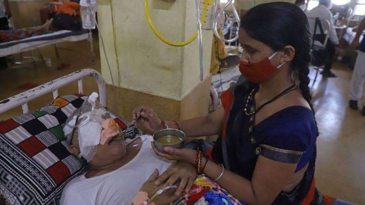 Una mujer que se recuperó de covid y ahora tiene mucormicosis yace en una cama de hospital en un hospital de Jabalpur, en India. Foto: AFP