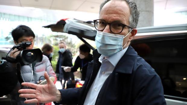 Peter Ben Embarek, jefe de la misión de la OMS a Wuhan, da explicaciones a la prensa al cerrar la investigación, el pasado mes de febrero - Foto: P. M. DÍEZ