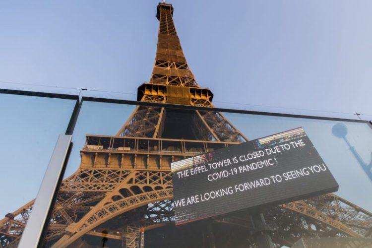 """La Torre Eiffel, de París, con un cartel de """"cerrado por la pandemia del coronavirus"""". / Foto: Europa Press"""