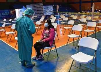 Un punto masivo de vacunación en Cochabamba con poca afluencia de personas, esta semana | Daniel James Carteles colocados en las calles, que desinforman sobre vacunas | Carlos López Carteles colocados en las calles, que desinforman sobre vacunas.  Foto: Carlos López