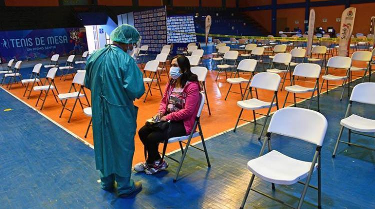 Un punto masivo de vacunación en Cochabamba con poca afluencia de personas, esta semana   Daniel James Carteles colocados en las calles, que desinforman sobre vacunas   Carlos López Carteles colocados en las calles, que desinforman sobre vacunas.  Foto: Carlos López