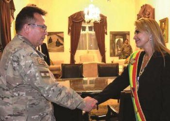 Williams Kaliman saluda a Jeanine Añez luego de su posesión como Presidenta en 2019. Foto:APG.