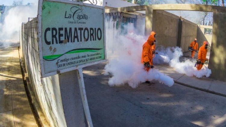 Brigada de Emsa desinfecta el horno crematorio del Cementerio General de Cochabamba, lunes 7 de junio de 2021. Foto: GAMC.