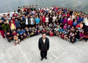 Ziona Chana y su familia, el 30 de enero de 2011 en Baktawang, India. / Foto: RT.