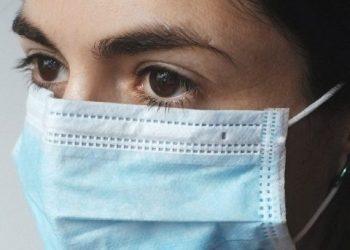 Dado que el coronavirus puede propagarse a través de gotitas y partículas que se liberan al aire, las máscaras seguirán siendo una buena idea en lugares públicos cerrados y abarrotados que contienen una mezcla de personas vacunadas y no vacunadas