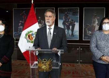 El presidente interino de Perú, Francisco Sagasti, acompañado de la presidenta del Consejo de Ministros, Violeta Bermúdez, y de la ministra de Defensa, Nuria Esparch, durante un mensaje televisado. | EFE