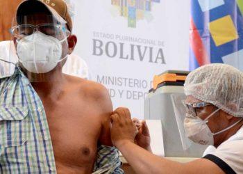 Un hombre recibe la vacuna contra el coronavirus. DICO SOLÍS