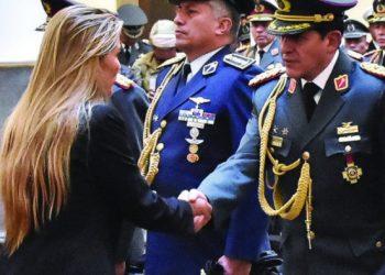 Iván Inchauste, estrecha la mano de la presidenta transitoria Jeanine Añez.